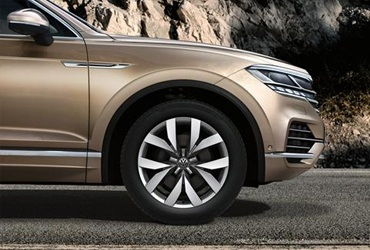 "Wheels to love. Design to motivate. With a wide range of wheel options, the Touareg will suit every taste: from the stylishly elegant ""Esperence"" to the dynamically sporty ""Montero"". All wheels blend perfectly with its exterior appearance and contribute to the unmistakable presence of your Touareg."