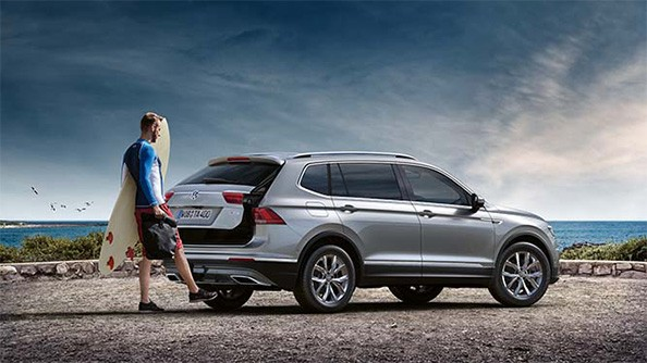 For when you need an extra hand… or foot. One small but significant addition to the Tiguan Allspace is the automatically operated tailgate which allows for fuss-free opening and closing of the rear door.  Standard on the Highline and R-line is the Easy Open Function, where the tailgate can be opened by simply waving your foot under a sensor, making it enormously convenient when carrying lots of items. Closing the tailgate is as easy as pressing a button or allowing the Easy Close function to shut the tailgate automatically when you move away from the vehicle.